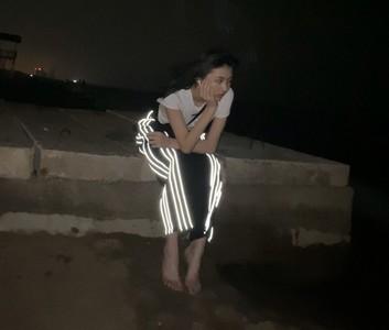 汪峰女儿深夜赤脚坐楼顶拍照 四肢纤细超苗条 忧伤表情令人心疼
