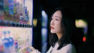 王鸥分享最新时尚街拍,简单文艺还有一丝丝慵懒随意感